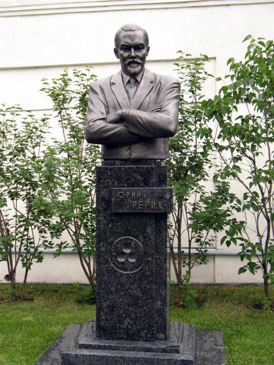 Поясной портрет Ю.Н. Рериху на территории Музея им. Н.К. Рериха. 2007. - 04 12 2007 083 768x1024