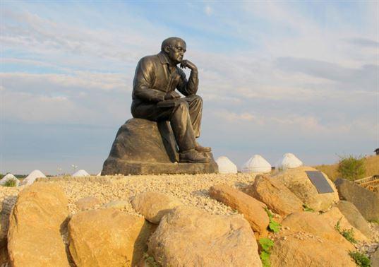 Памятник Л. Н. Гумилёву в Культурно-образовательном центре «Этномир». 2012. - 17 768x541