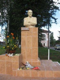Юрий Рерих памятник