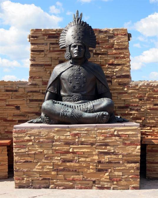 Памятник южноамериканскому индейскому вождю из композиции «Четыре мудреца» в ЭТНОМИРЕ. 2012. - 38 1 768x960