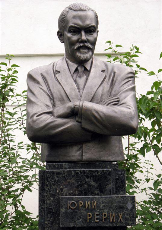 Поясной портрет Ю.Н. Рериху на территории Музея им. Н.К. Рериха. 2007. - 42342 768x1090