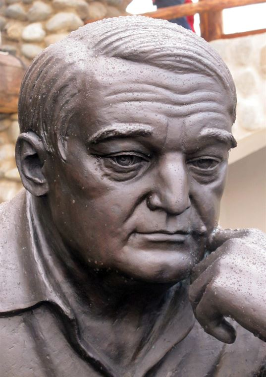 Памятник Л. Н. Гумилёву в Культурно-образовательном центре «Этномир». 2012. - 4646464 768x1087
