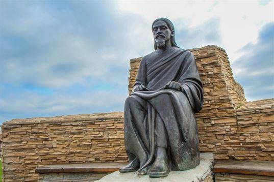 Памятник Шри Ауробиндо Гхошу из композиции «Четыре мудреца» в ЭТНОМИРЕ. 2012. - IMG 3490 768x512