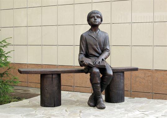 Пам'ятник «Читаючий Михайло Ломоносов» на території Ломоносівської школи. 2011 року. - img 5899 768x541