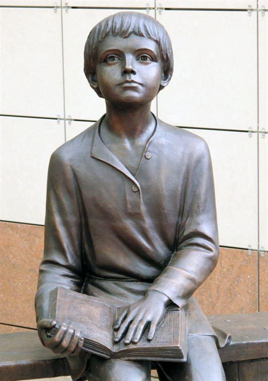 Памятник «Читающий Михайло Ломоносов» на территории Ломоносовской школы. 2011. - img 5904 768x1090