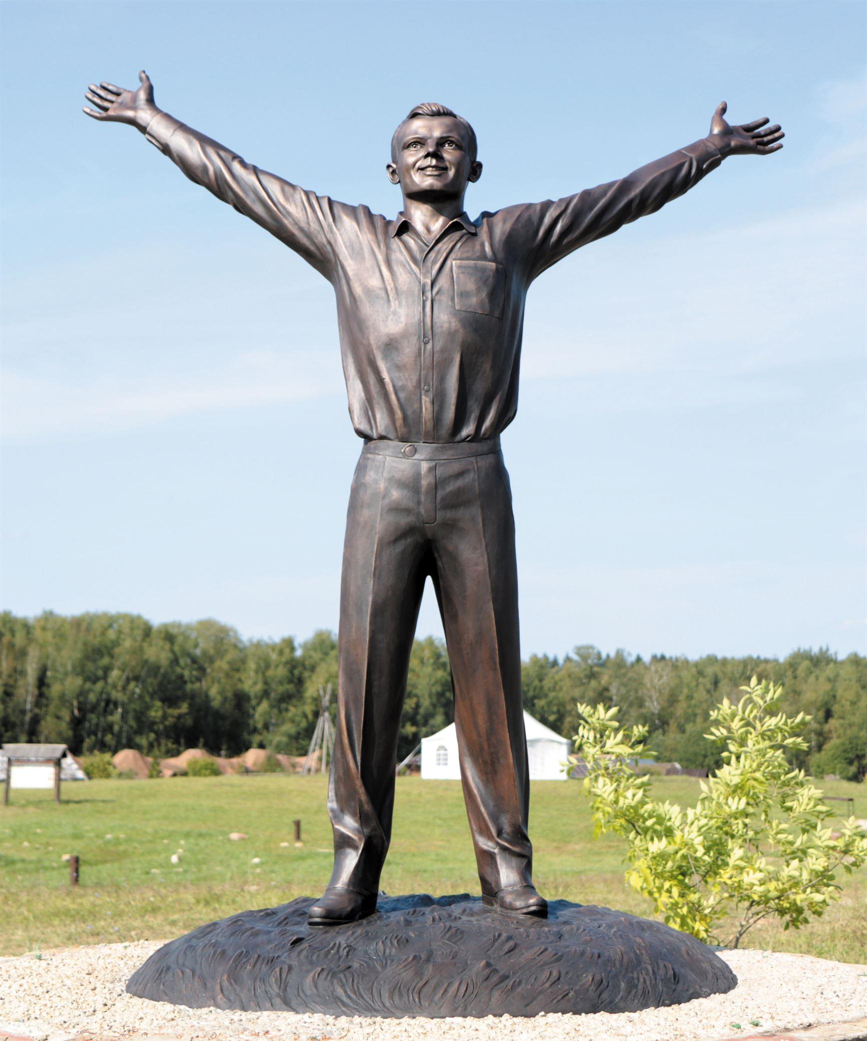 Пам'ятник Ю.О. Гагаріну на території Культурно-освітнього центру «Етносвіт». 2011 року. - 10