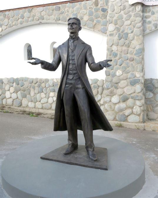 Памятник Николе Тесле на территории Культурно-образовательного центра «ЭТНОМИР». - 11 768x960