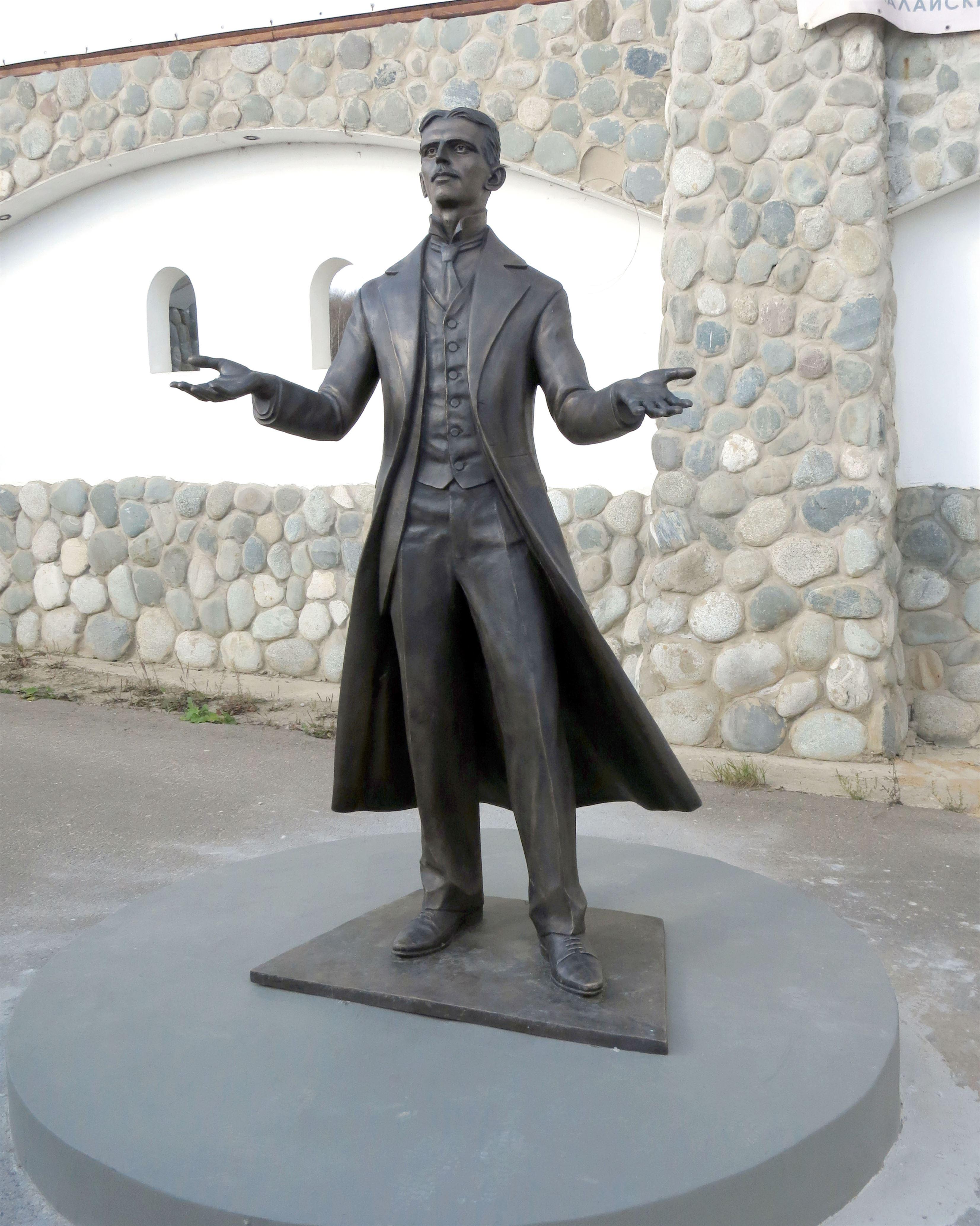 Памятник Николе Тесле на территории Культурно-образовательного центра «ЭТНОМИР». - 11