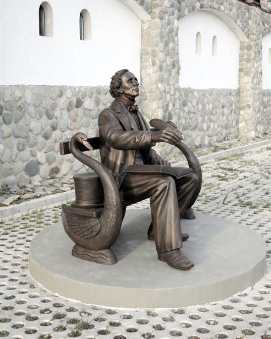 Памятник Х.К. Андерсену на территории Культурно-образовательного центра «Этномир». - 14 768x960
