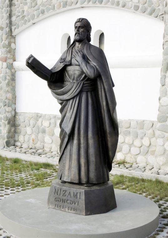 Памятник Низами на территории Культурно-образовательного центра «Этномир». - 16 2 768x1086