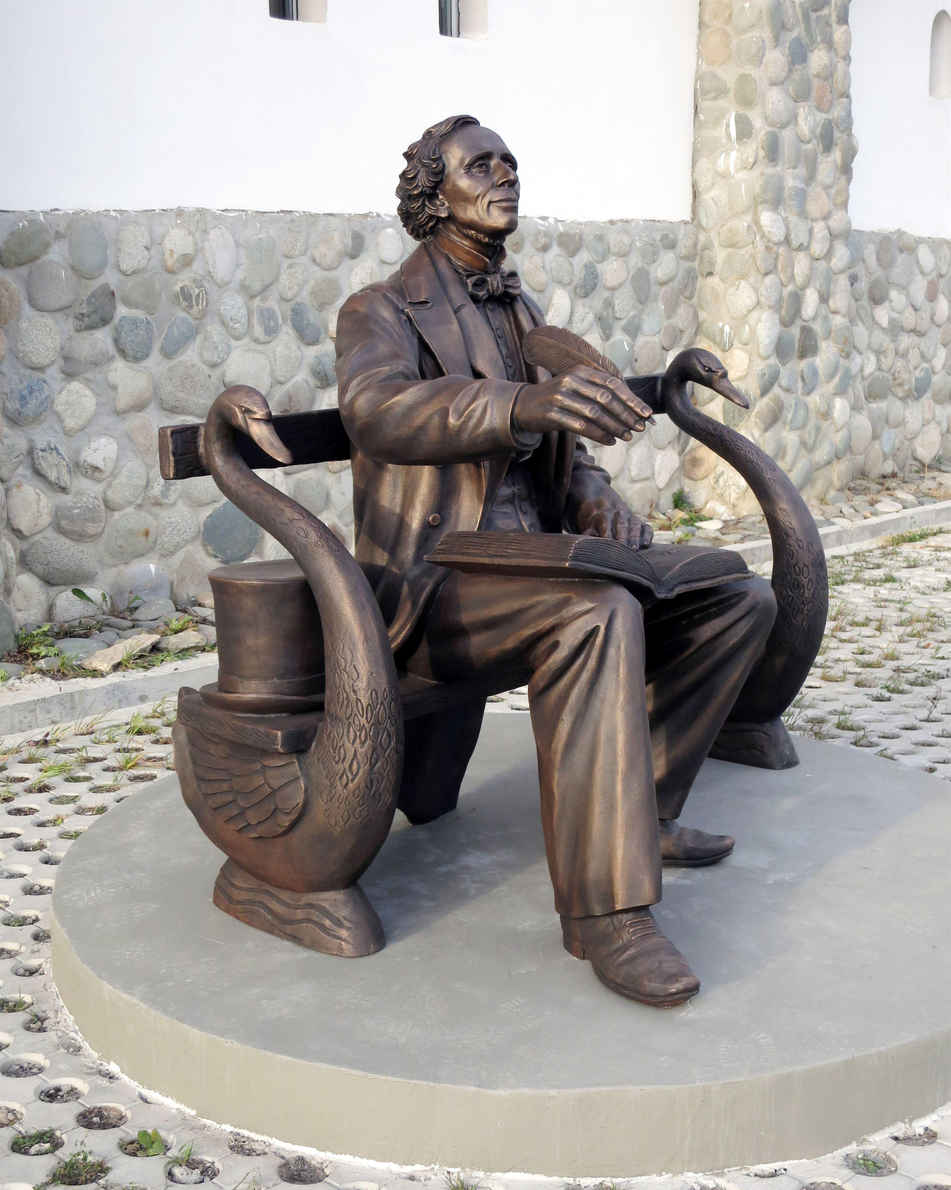 Памятник Х.К. Андерсену на территории Культурно-образовательного центра «Этномир». - 27