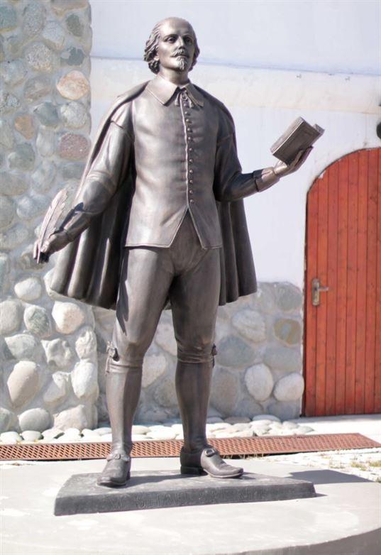 Пам'ятник Вільяму Шекспіру на території Культурно-освітнього центру КОЦ «ЕТНОМИР». - IMG 2717 копия 768x1118