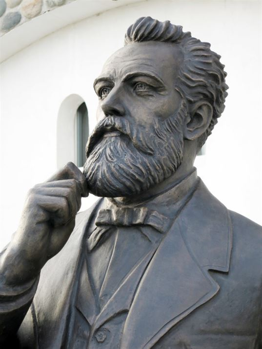 Jules Verne Monument on the territory of the «Etnomir» Cultural and Educational Center. - IMG 8454 768x1024
