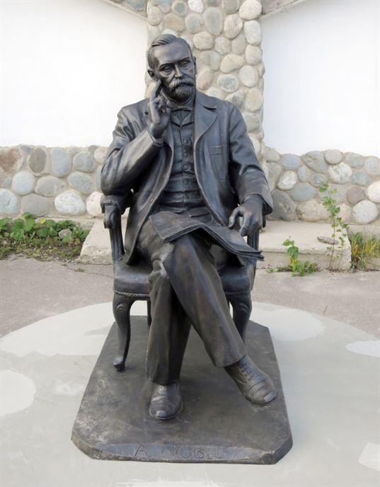 Памятник Альфреду Нобелю на территории Культурно-образовательного центра «ЭТНОМИР». - 17 768x983