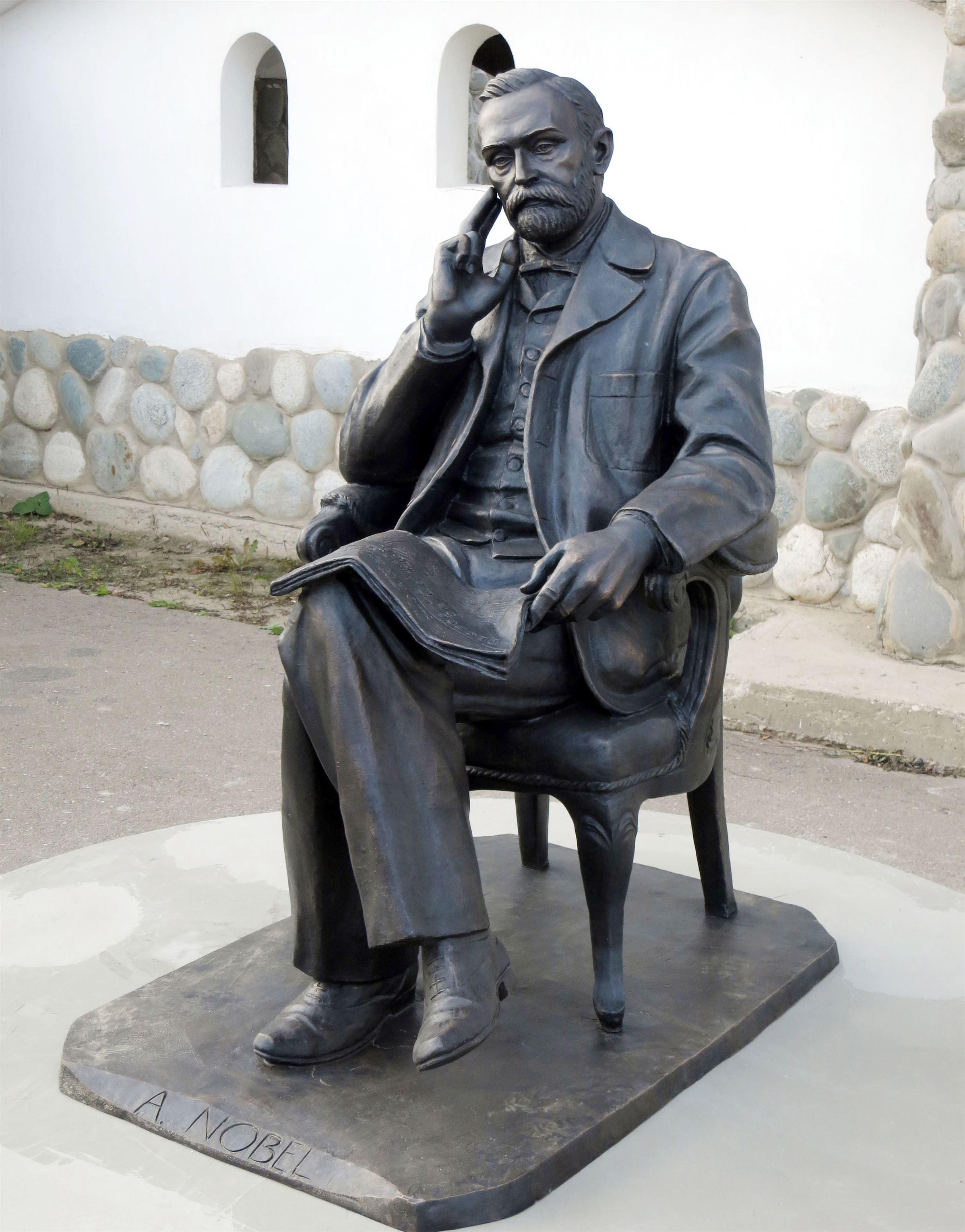 Памятник Альфреду Нобелю на территории Культурно-образовательного центра «ЭТНОМИР». - 17 2