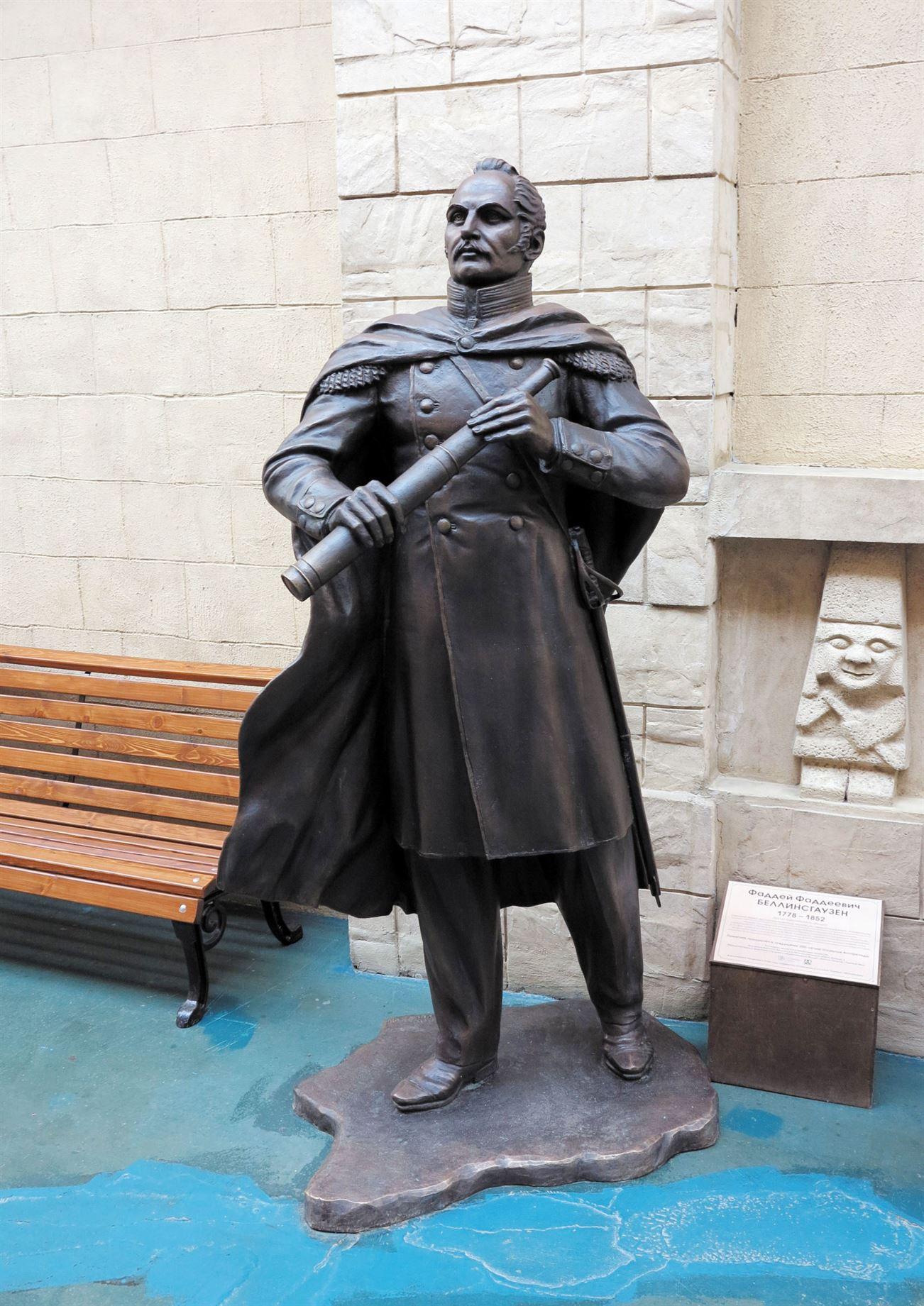 Памятник Ф. Ф. Беллинсгаузену на территории  Культурно-образовательного центра «Этномир». - 19