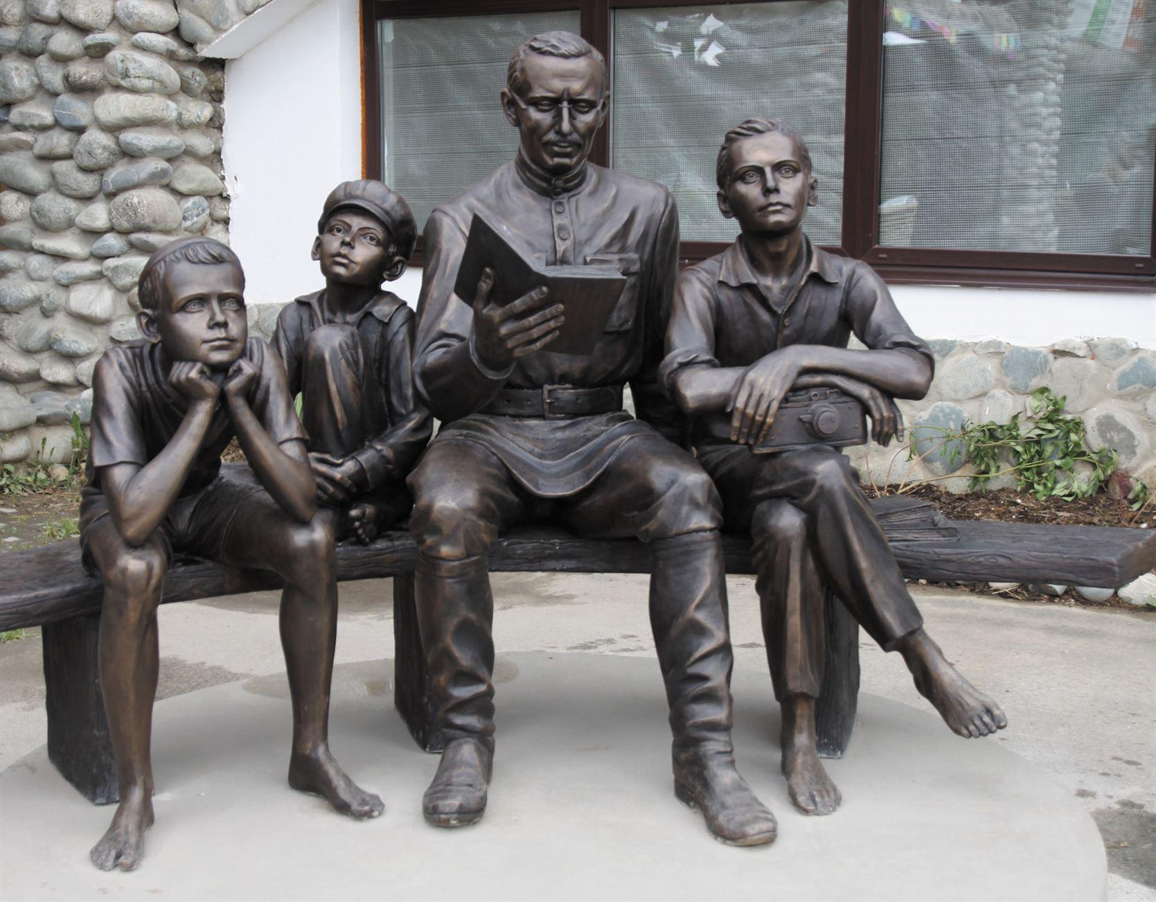 Пам'ятник А.С. Макаренку на території Культурно-освітнього центру «Етносвіт». - 25